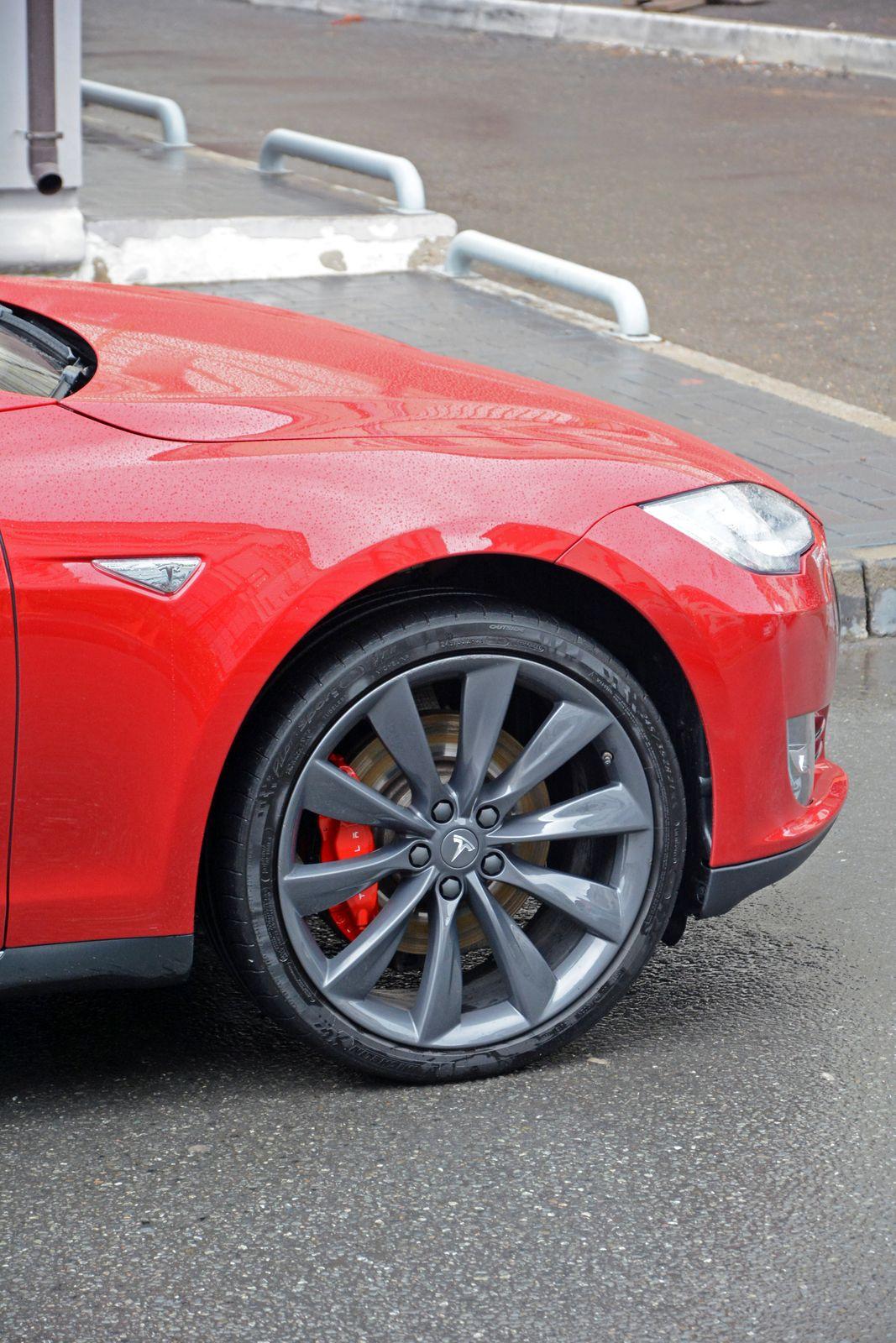 Даже на дисках R21 Tesla весьма комфортна.