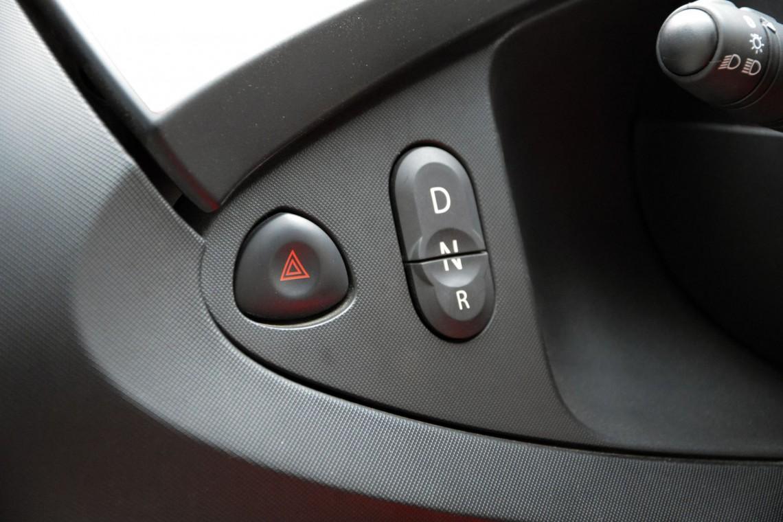 Кнопками слева от руля выбирается передача.