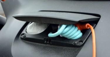 Питается инженерное чудо от обычной сети переменного тока. Возможности зарядить батарею током постоянного свойства нет.
