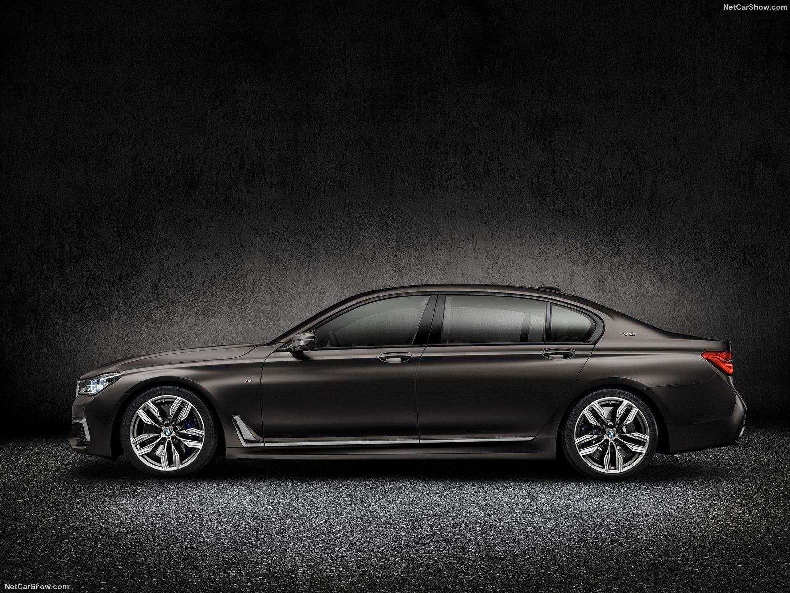 BMW-M760Li_xDrive_2017_1600x1200_wallpaper_09
