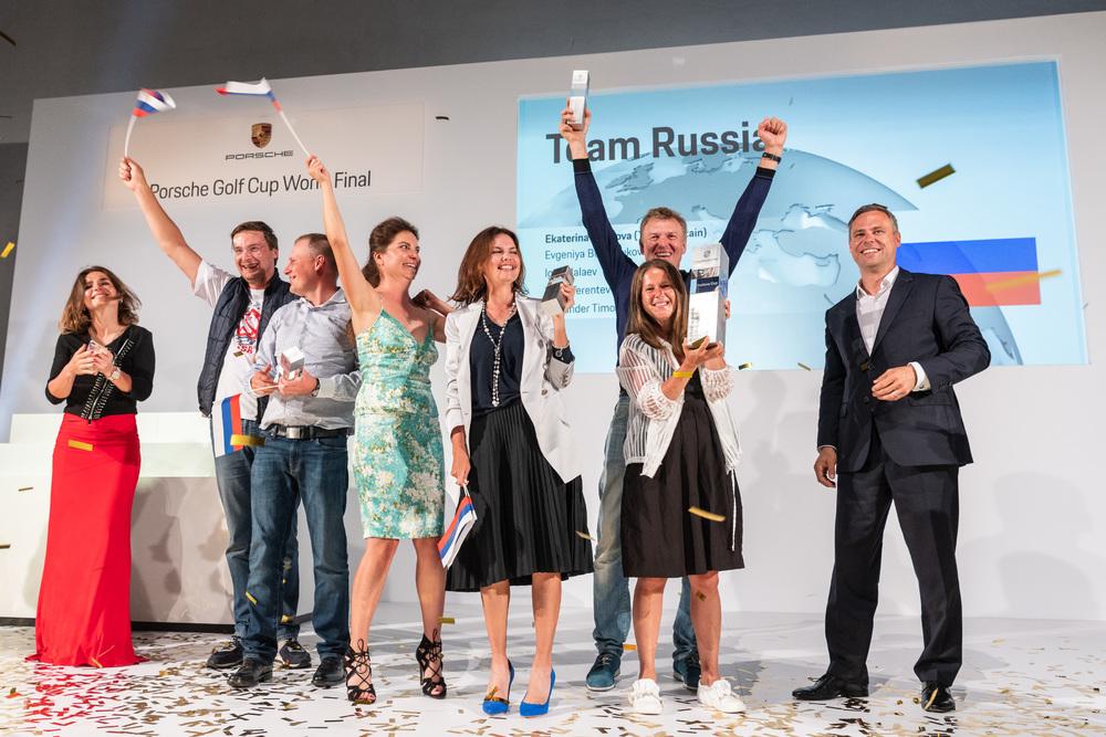 Porsche Golf Cup World Final 2018_Winner Team Trophy - Team Russia on stage with Eberhard Schneider (Porsche AG, r)